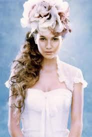 Многие девушки предпочитают украшать свою прическу розами, и это логично, ведь розы обозначают любовь и согласие в будущей семье